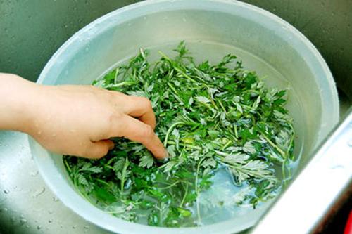Cách giảm mỡ bụng sau sinh bằng lá ngải cứu đun nóng