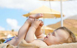 Tắm nắng cho trẻ giúp phòng bệnh còi xương ở trẻ em