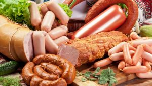 Thịt xông khói, xúc xích,... là những đồ ăn bệnh nhân ung thư thực quản cần tránh ăn