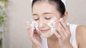 Làm sạch mặt vào buổi sáng và buổi tối giúp chăm sóc da mặt chống lão hóa