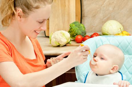 Sau khi ăn không nên tắm ngay cho trẻ vì dễ bị nôn ói, gây hại cho dạ dày.