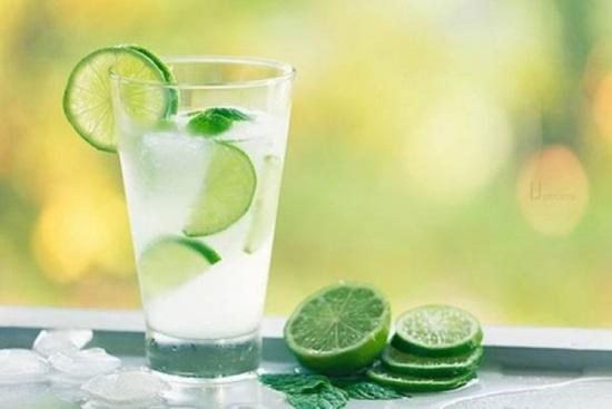 Hãy tập thói quen uống nước chanh tươi vào mỗi buổi sáng để giúp da đẩy lùi lão hóa da