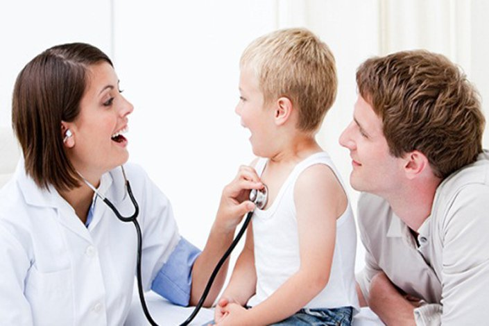 Cha mẹ nên cho trẻ khám sức khỏe định kỳ và theo dõi chiều cao cũng như cân nặng