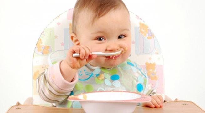 Trẻ bắt đầu ăn dặm ở tháng thứ 7, nhưng lúc này bạn cần tập ăn dặm đúng cách cho trẻ