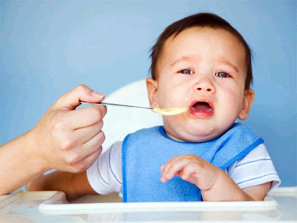 Một trong những biểu hiện của trẻ ăn không ngon miệng là trẻ quấy khóc, dọa nôn trớ