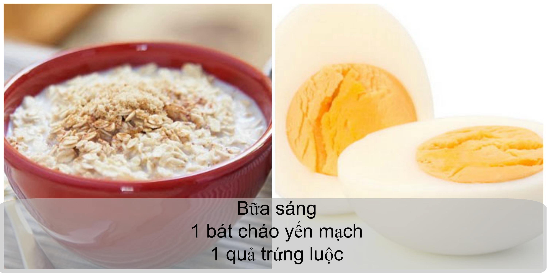 Giảm cân bằng bột yến mạch buổi sáng gồm 1 bát cháo yến mạch và 1 quả trứng luộc