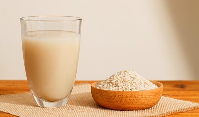 Bữa sáng nên uống 1 cốc trà gạo lứt rang