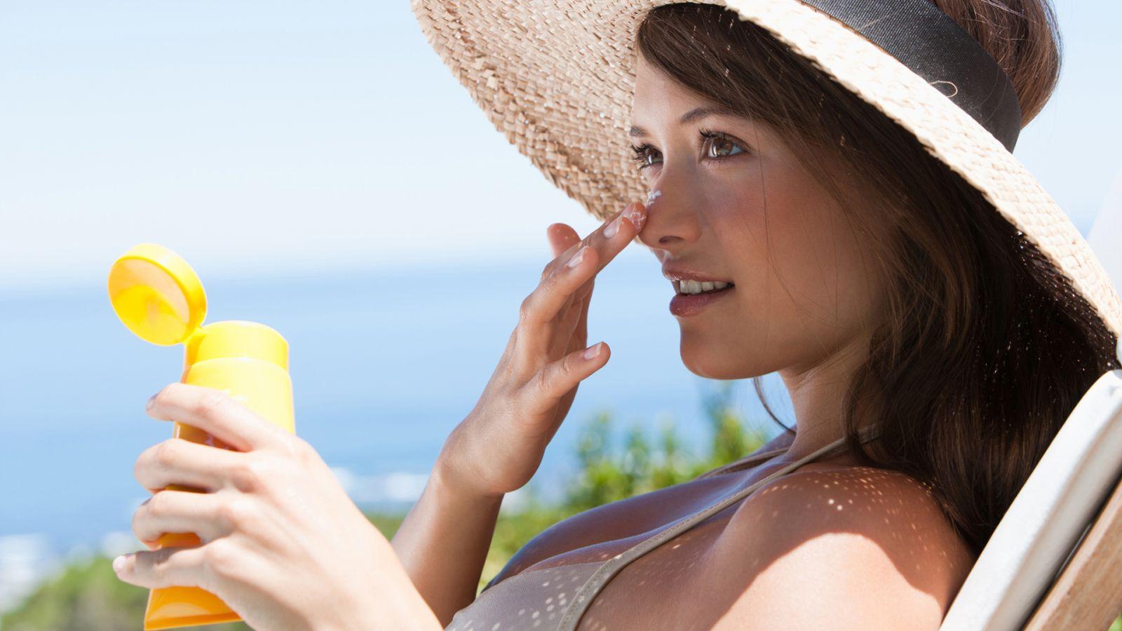 Kem chống nắng bắt buộc trong chăm sóc da mặt chống lão hóa