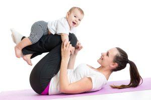 Chơi đùa cùng con cũng là cách vận động giúp mẹ giảm cân
