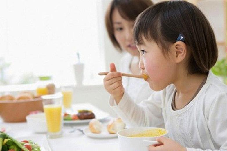 Trẻ ăn nhiều nhưng chậm tăng cân