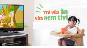 Trẻ vừa ăn vừa xem tivi phải làm sao ?