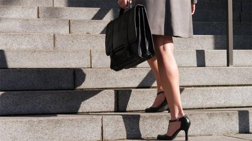Thay vì đi cầu thang máy bạn hãy leo cầu thang bộ ở bất cứ nơi nào đi sẽ giúp bạn giảm mỡ đùi hiệu quả