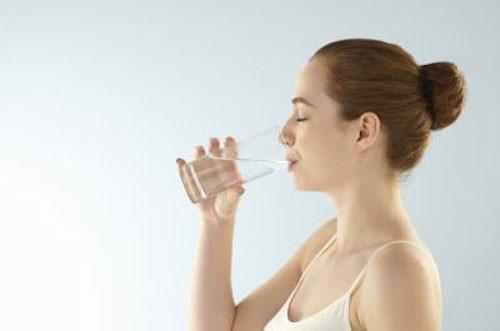 Uống nhiều nước hơn trong quá trình áp dụng thực đơn giảm cân cấp tốc
